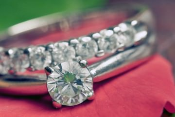 Diamond wedding set - 10 ways to tell if a diamond is real