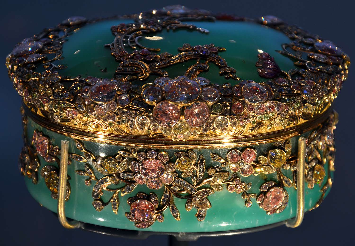 Chrysoprase snuffbox decorated with gold, gemstones and diamonds - made around 1765